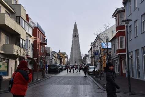 Lots of shopping and coffee shops on the street just in front of‪ Hallgrimskirkja Church